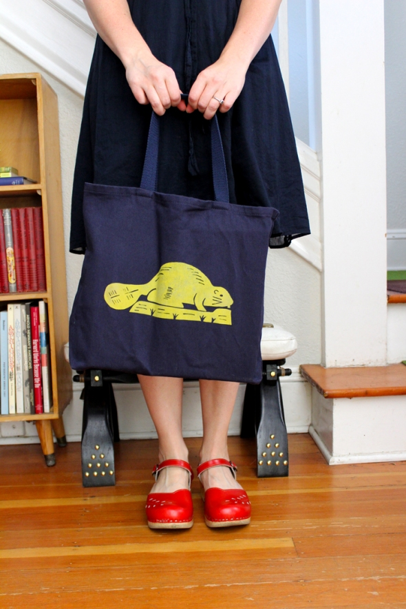 oregon flag tote bag in hand